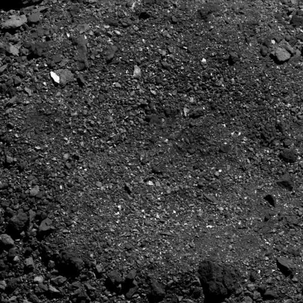 Detail kráteru na planetce Bennu