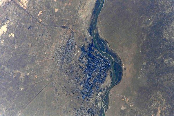 Komplex kosmodromu Bajkonur je opravdu rozlehlý. S neuvěřitelnou plochou 6717 km2 je jednoznačně největší raketovou střelnicí na světě. Tento snímek pořídil ruský kosmonaut Oleg Artěmjev z ISS v roce 2018.