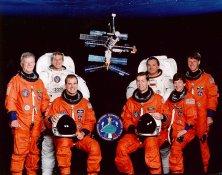Oficiální foto posádky STS-86: (zleva) Chrétien, Parazynski, Bloomfield, Wetherbee, Titov, Lawrence, Foale. Wolf zatím chybí...