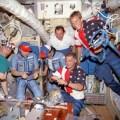Posádky Miru a Atlantisu v základním bloku stanice