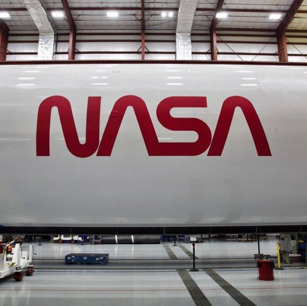 První stupeň Falconu 9 určený pro misi DM-2 s historickým logem NASA