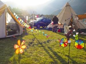 キャンプ場でテントを張っている風景