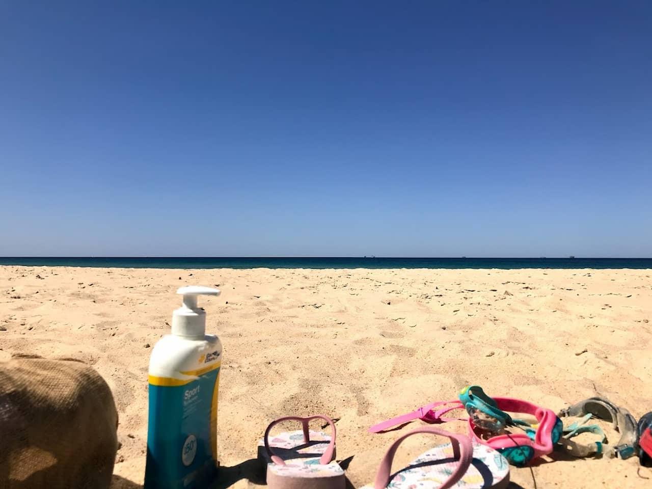 サンシャインコーストのビーチでの写真 Coolum Beach で泊まったホテルのベッドルームの写真 ©kosodatebrisbane.com