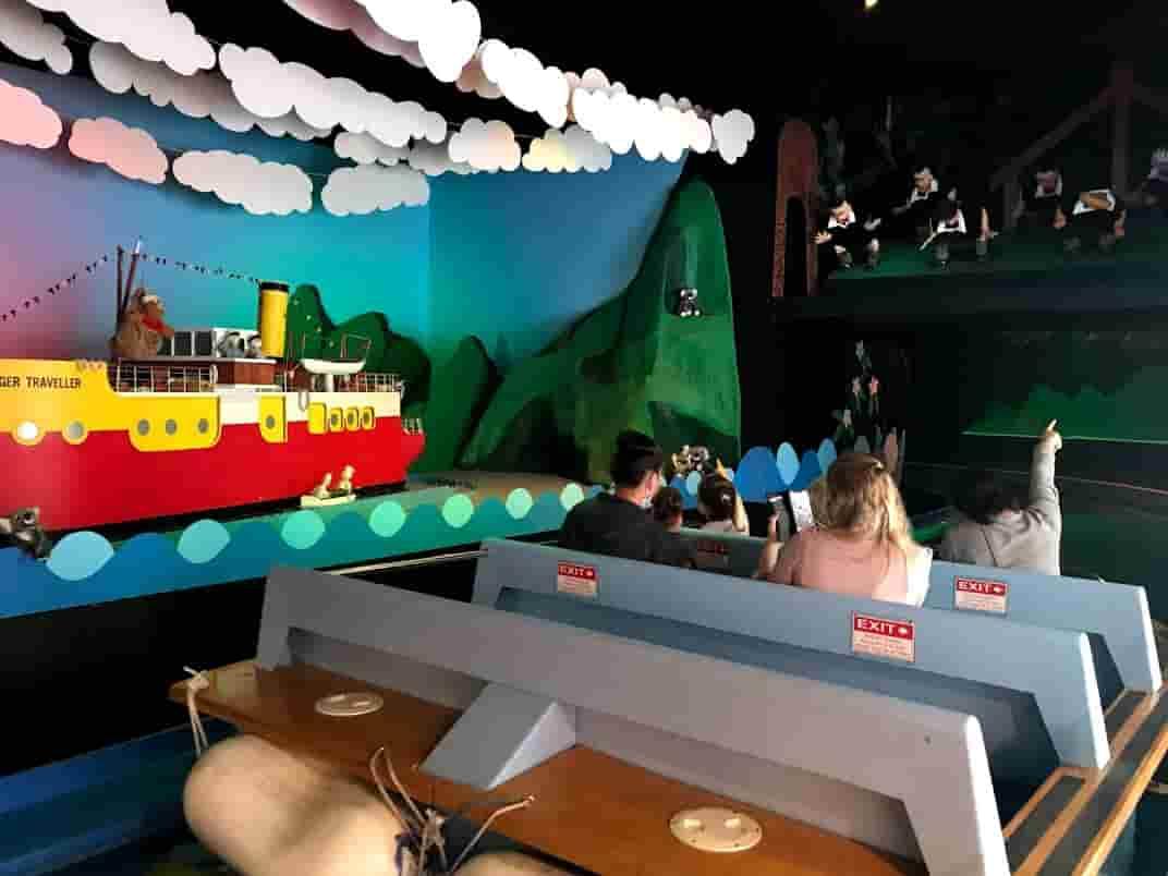 ジンジャーファクトリーのアトラクションのボートに乗っている  ©Kosodatebrisbane.com