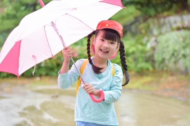雨の日 傘 笑顔
