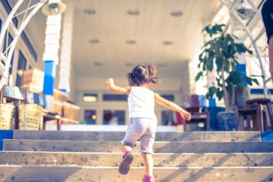 女の子 階段 駆け上がる
