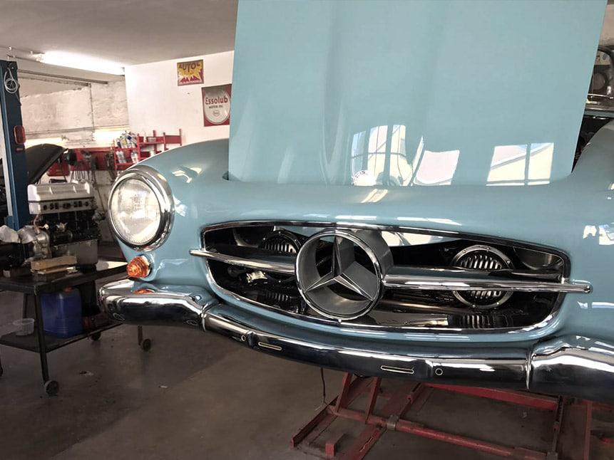 Mercedes Oldtimer mit offener Haube