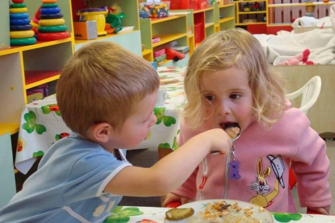 дети едят