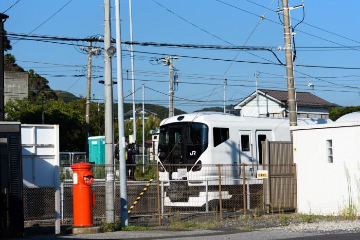 浜金谷駅に到着したE257系