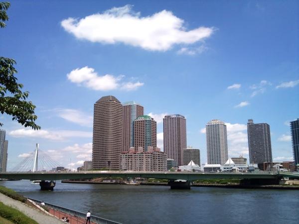 青空と雲とタワーマンション