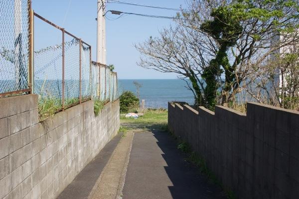 海につながる小道