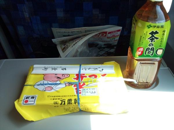 千葉駅で買った駅弁とお茶 しおさい車内