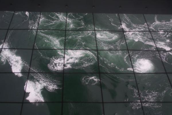 「渦の道」から望む渦潮