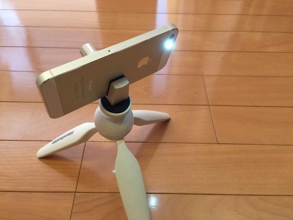 三脚につけて明かりを照らすiPhone