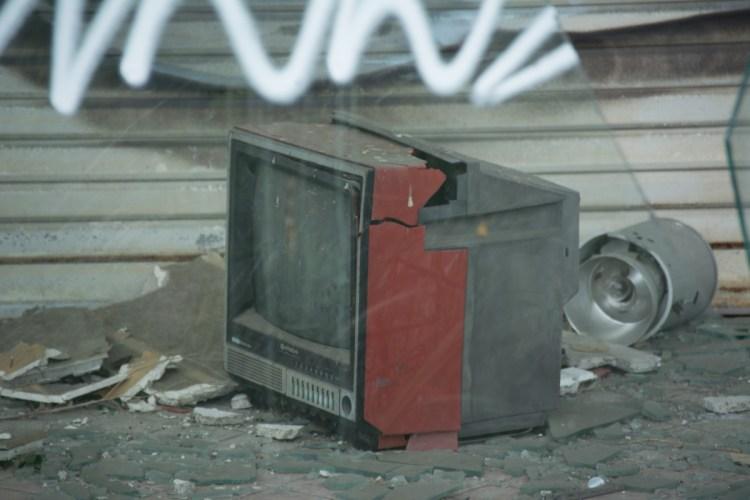 廃墟内のテレビ