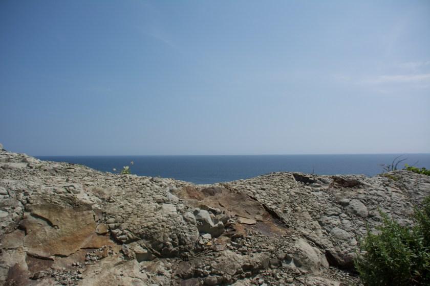 お仙の碑のうしろの崖