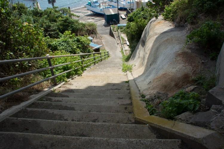 大沢漁港に続く階段