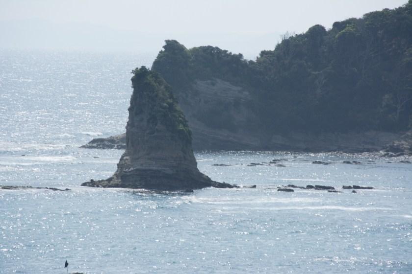 サメの背びれのような岩