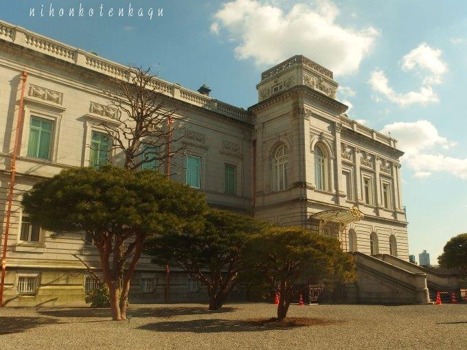 ネオバロックの宮殿に、松とコーンがあるので、ここは日本。