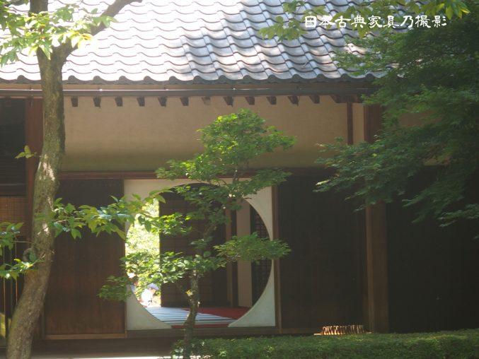 明月院 本堂後庭園より見た本堂の丸窓