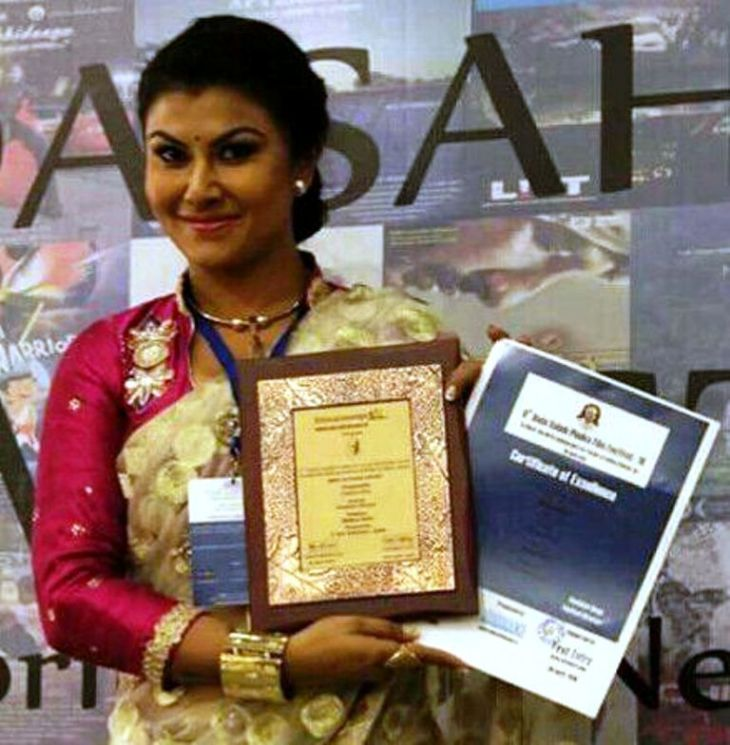 Prastuti Parashar with her Best Actres award at the Dada Saheb Phalke International Film Festival