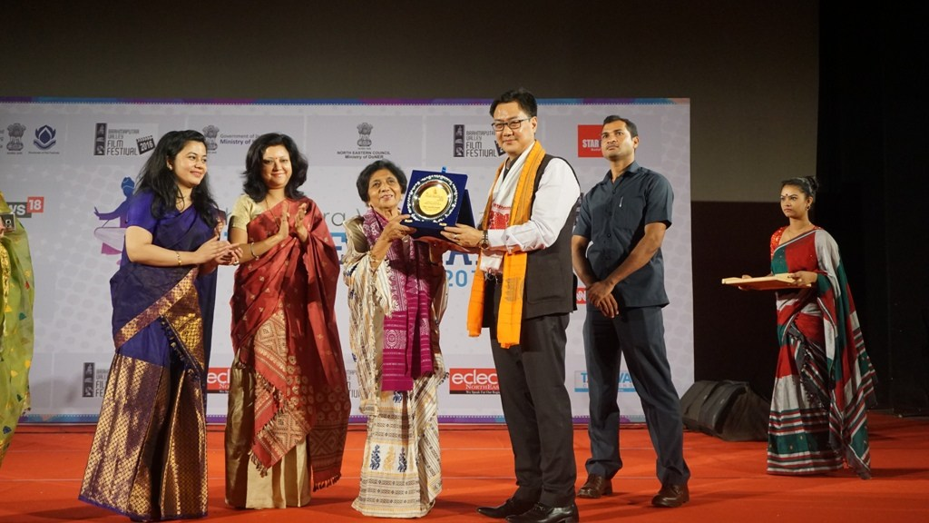 Jnanada Kakati being given the Lifetime Achievement Award by Kiren Rijiju
