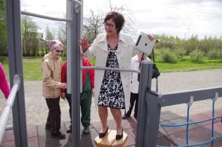 Liperin kunnanjohtaja Hannele Mikkanen näyttää mallia tasapainoilemalla tatin päällä.