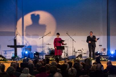 Juontajina Sari Hirvonen ja Hannu Virolainen