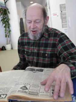 Rääkkylän ensimmäinen toimittaja Esa Halonen piipahti tervehtimässä nykyisiä toimittajia. Esa löysi oman kuvansa tasan 50 vuotta sitten ilmestyneestä lehdestä.