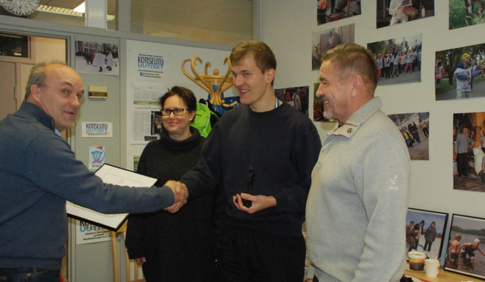 Tommi Sallinen vastaanotti kunniakirjan ja Antti-patsaan Jari Partaselta. Valinnan tehneitä raatilaisia edustavat Sari Hirvonen ja Yrjö Eronen.