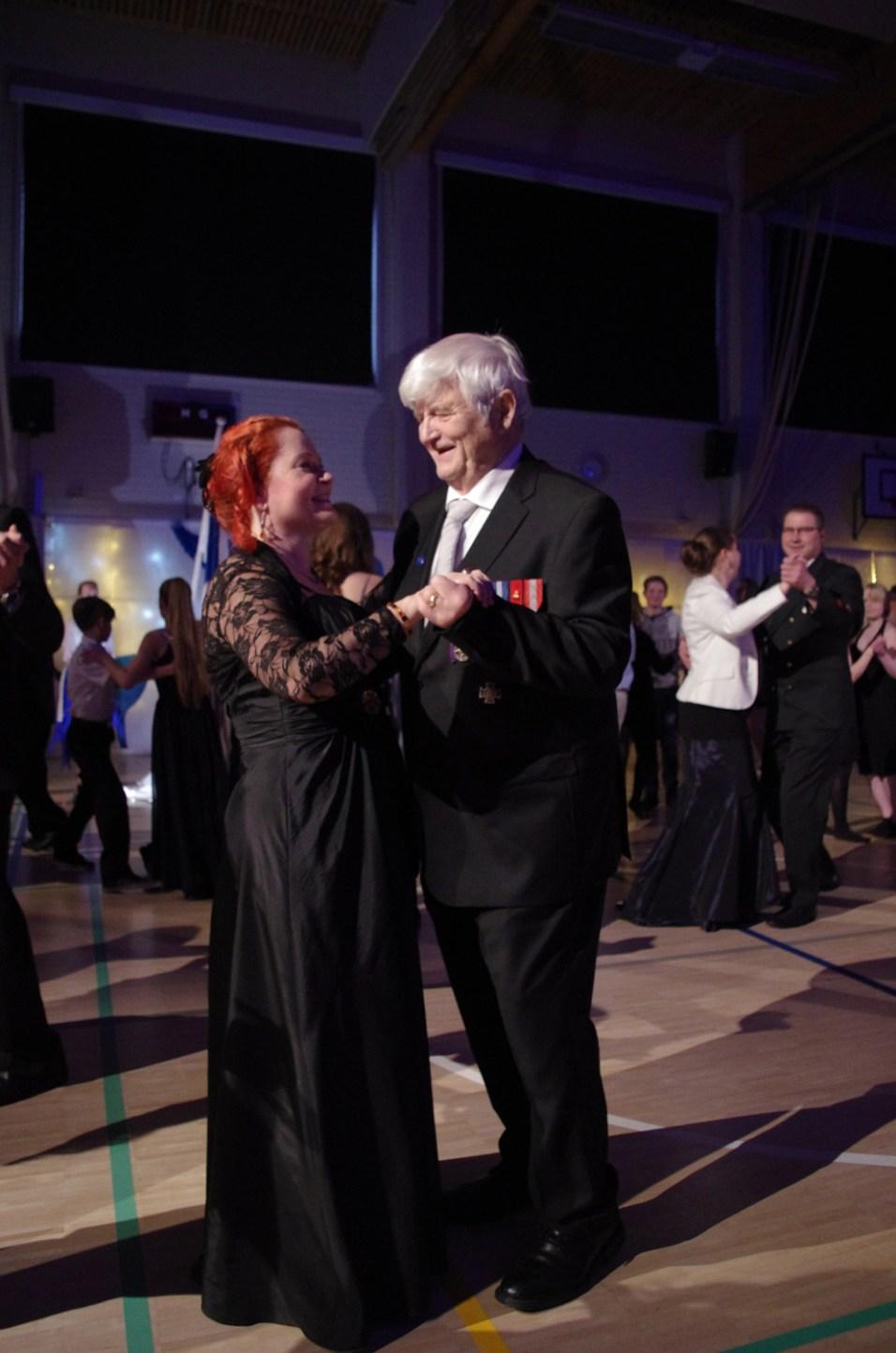 Apulaisrehtori Virpi Eronen ja Mauri Vänttinen tanssahtelivat yläkoulun juhlissa.