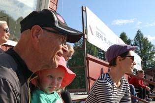 Joukkueen johdon varapuheenjohtaja Timo Palander seuraa ottelua tyttären tyttärensä Hilla Palanderin ja tyttärensä Johanna Palanderin kanssa.