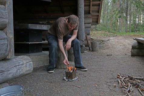 Metsässä riittää maahan pudonneita risuja keittimeen, joten halot säästyvät muille retkeilijöille.