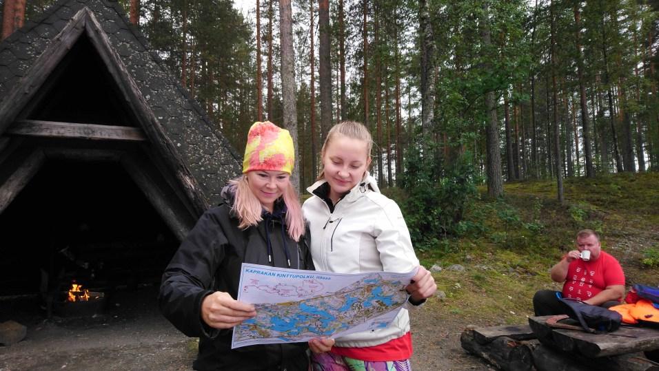 Henna-Riikka Virtanen ja Petra Timoskainen olivat varanneet ison tukun Kaprakan kinttupolun karttoja jaettavaksi.