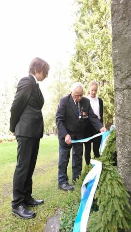 Pian sata vuotta täyttävä Tuomas Lappalainen laski seppeleen sankarihaudoille yhdessä Valtteri Hiltusen ja Minttu Kurjen kanssa.