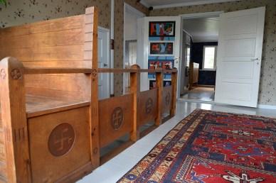 Toisen kerroksen portaikossa on hakaristikuvio ja Seppo Putkisen vuonna 1963 maalaama makuuhuoneen ovi.