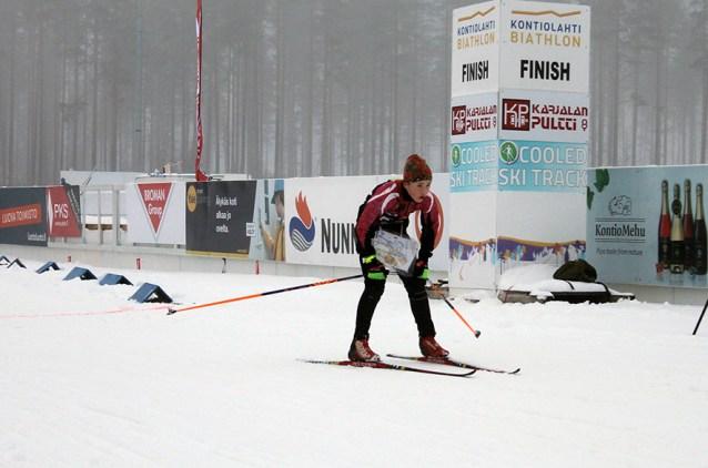 AM-hiihtosuunnistuksen maaliin hiihtää Liperin Taimen Rasmus Karjalainen.