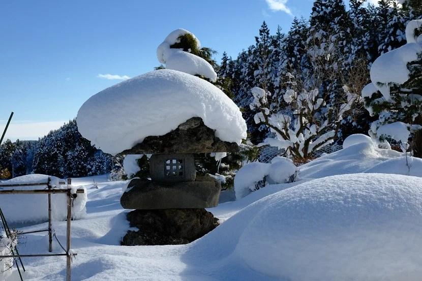 庭の灯篭 冬の写真