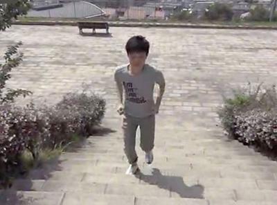 屋外で階段を上る男性の写真