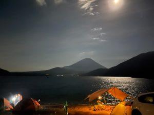 本栖湖浩庵キャンプ場と月明かりの富士山
