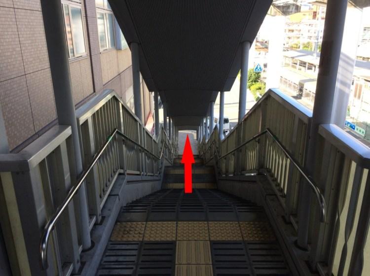駅ビルのルシオーレの入り口右手の階段