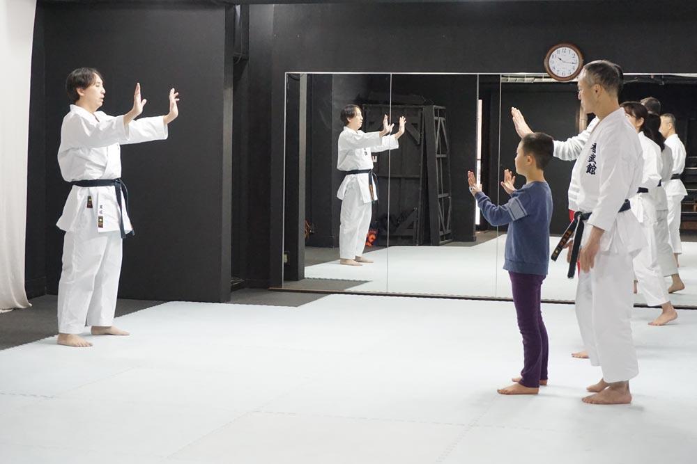 空手の体験会。拳の握りから学びます