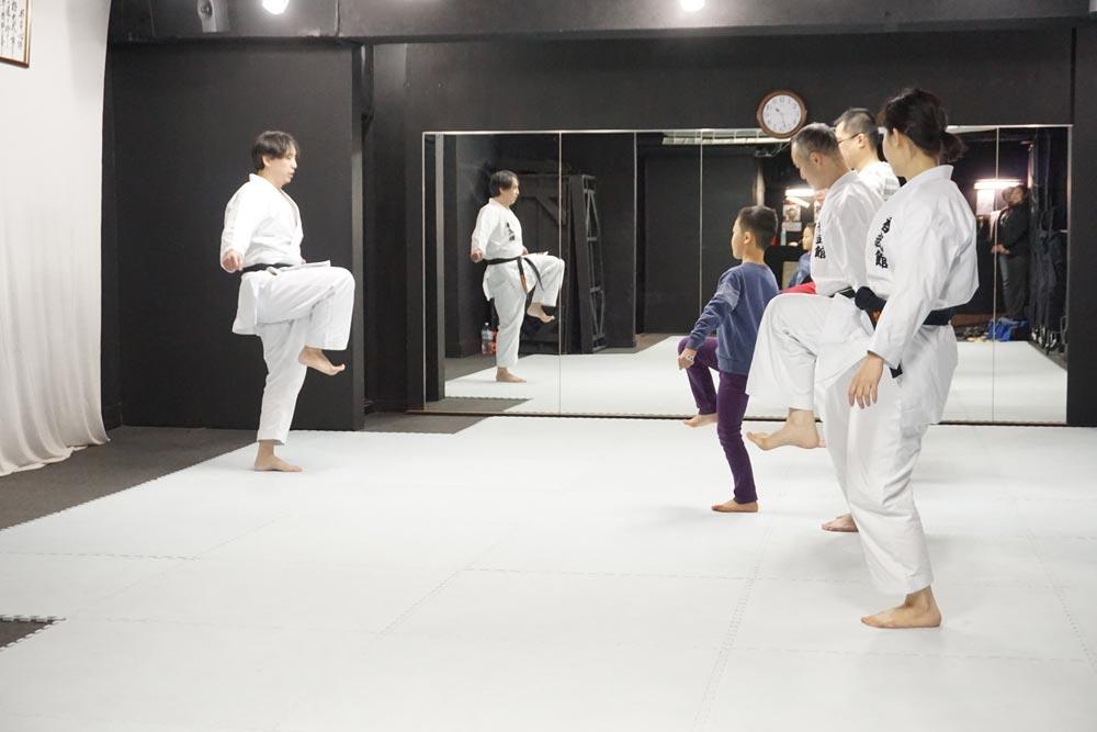空手の体験会。前蹴りは動きを分解して学びます