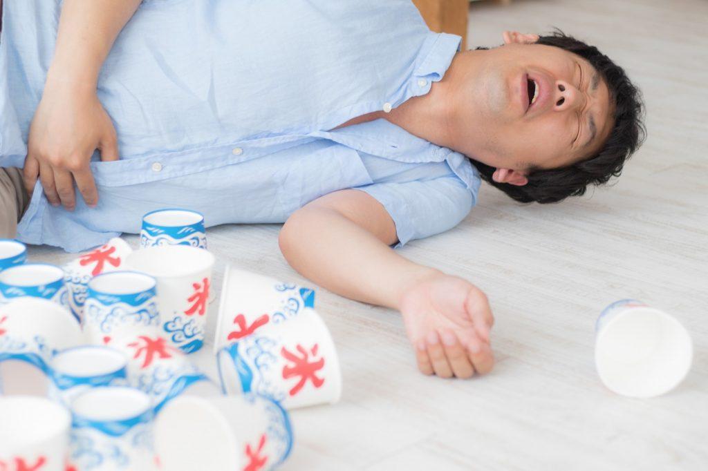 胃潰瘍で倒れる男性