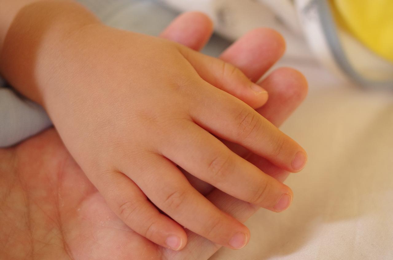 手の甲のぶつぶつにかゆみが…原因はストレスと日光か?【治し方も】