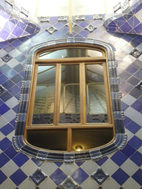 While climbing the stairs to the top of Casa Batlló, this internal window surrounded by these uneven blue tiles draw my attention.