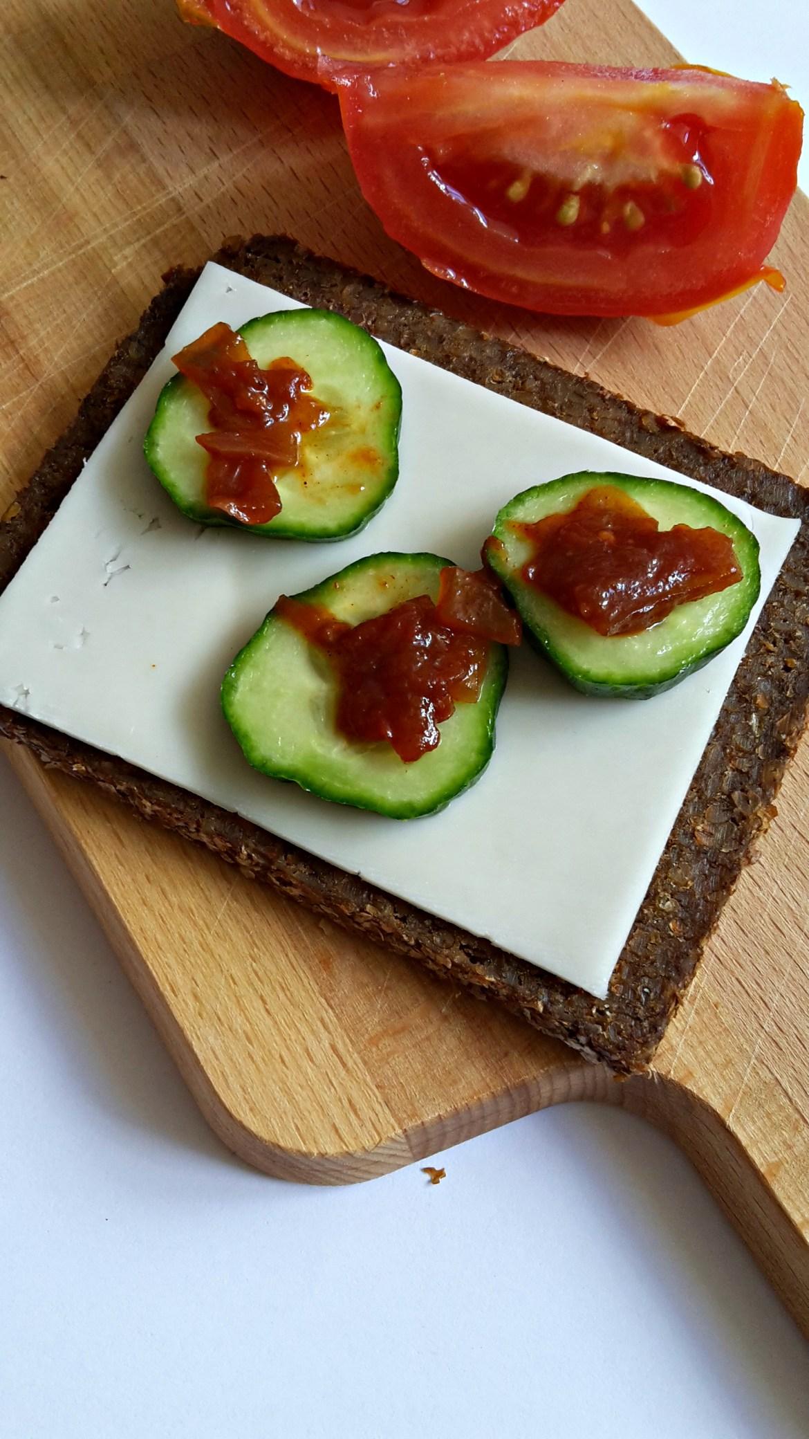 roggebrood-tomatenchutney-geitenkaas.jpg