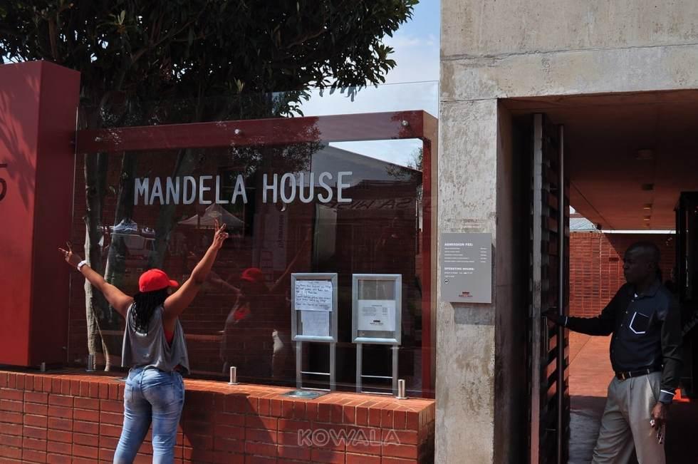 Devant la maison de Mandela