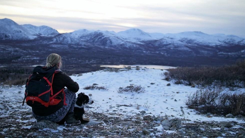 repos au sommet d'une montagne après une randonnée au canada