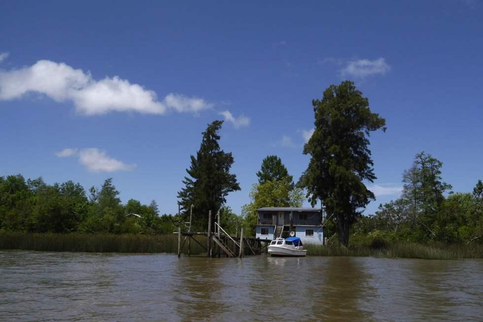 En bateau, une maison sur pilotis dans le delta du Tigre, en Argentine